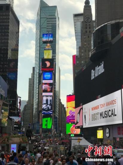資料圖:紐約時報廣場上的大屏幕。 中新社記者 馬德林 攝