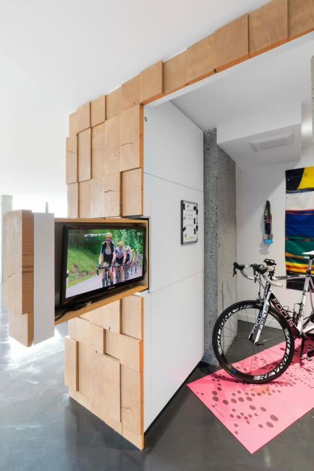 参观朋友合肥新房却被耍唐三扭,105平房没一面正常墙!电视都用机关