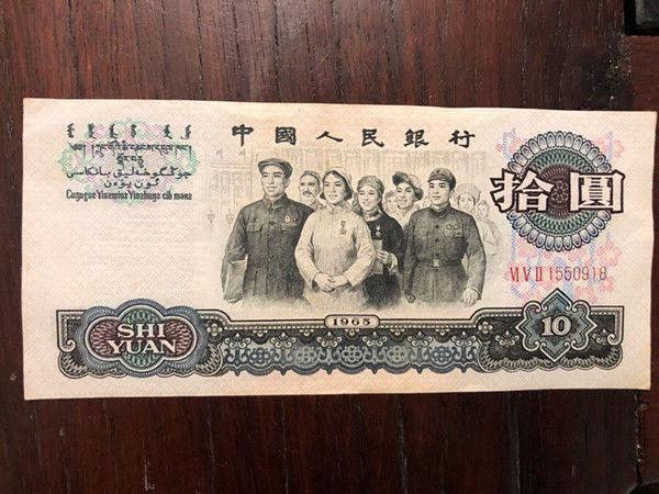 老奶奶翻出一张纸币去银行,却被拒收,然而被人千元收走!