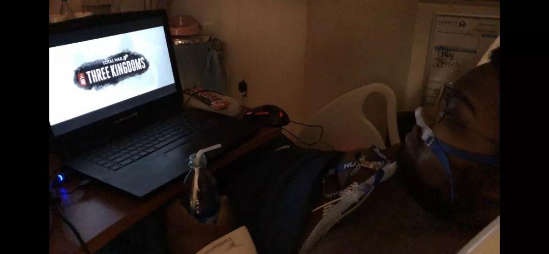 病床上的弟弟正在等游戏加载图 via Reddit