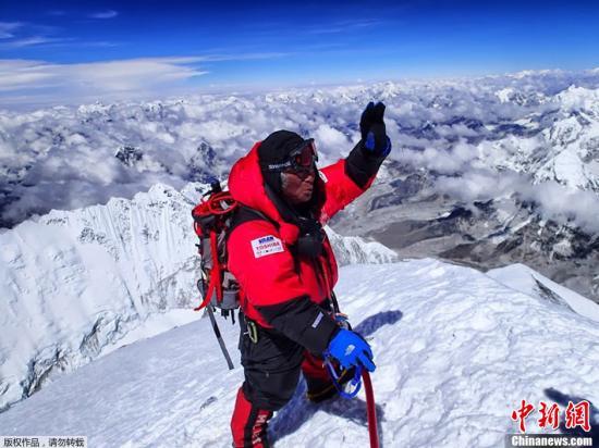 资料图:图为登山者登上珠峰的场景。