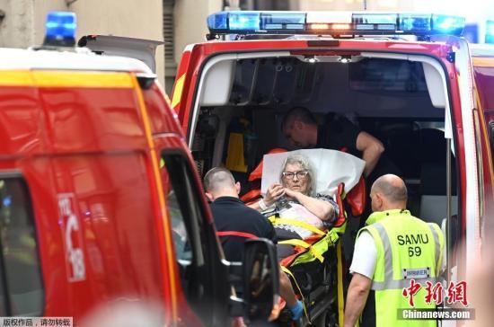 资料图:当地时间5月24日,一名伤者被送进急救车接受救护。法国检方开始着手调查事件是否与恐怖主义相关。
