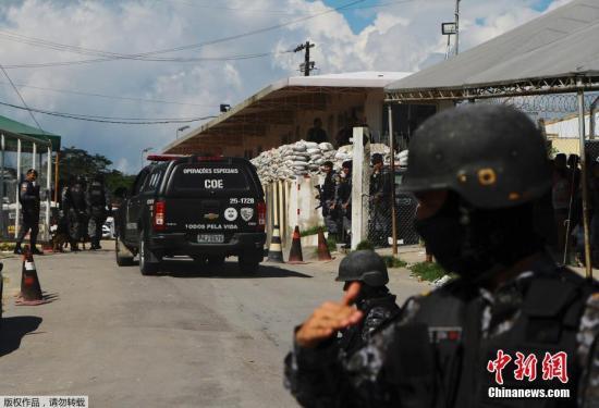 圖為巴西當地安全部隊在騷亂發生后守衛在監獄門口。