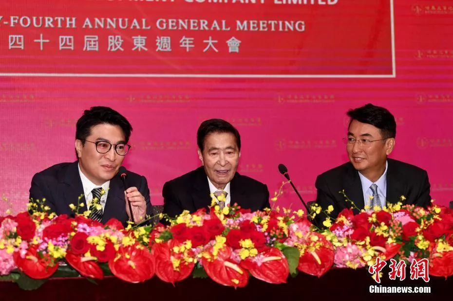 恒基地产创办人李兆基(中)与儿子李家杰(右)和李家诚(左)。中新社记者 李志华 摄