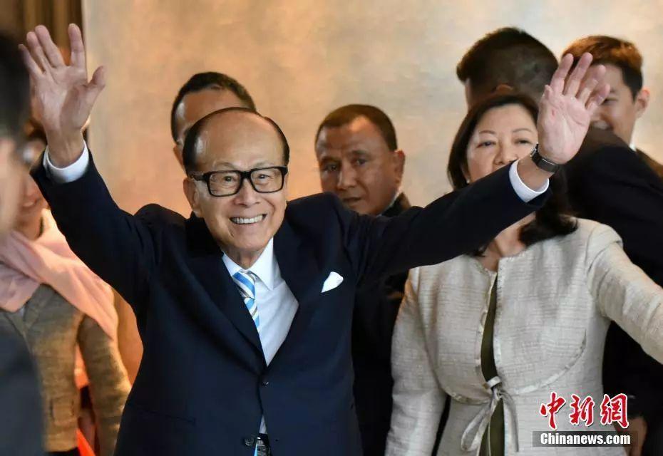 资料图:退休的李嘉诚向媒体记者挥手告别。中新社记者 张炜 摄