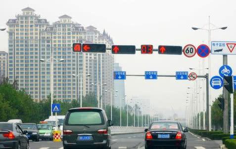 开自动挡车等红灯时,老司机一般都会做这个动作,新手常常忽略