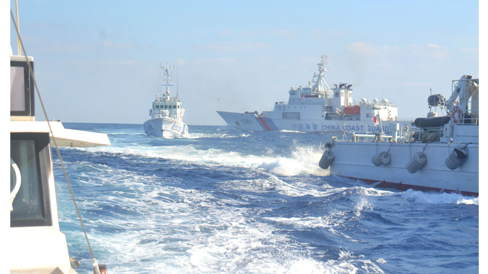 """仲间拍摄的现场:左侧是高洲丸,中间是日本海保180吨级的幼型巡逻船""""大神""""(PS33),右侧是5000吨级的""""海警1501""""(八重山日报。 图)"""