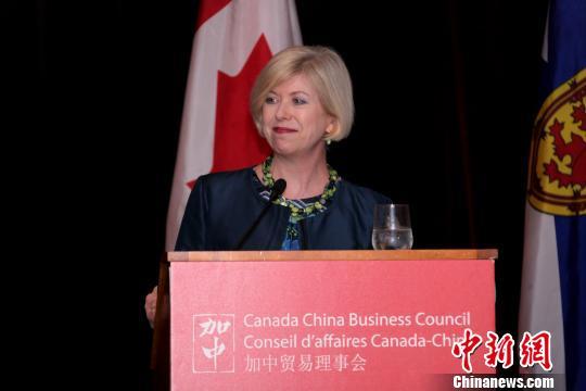 加中贸易理事会(CCBC)于当地时间5月29日晚在加拿大哈利法克斯举行大西洋省分会成立仪式。图为CCBC执行理事高诗如(Sarah Kutulakos)致辞。 余瑞冬 摄