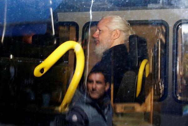"""资料图片:4月11日,在英国伦敦,""""维基揭秘""""网站创始人朱利安·阿桑奇坐在警车上。(新华社路透社)"""