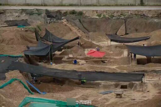 2019-06-20,西安建筑科技大学华清学院校园内一建筑工地现古墓。 微博@西部网 资料图