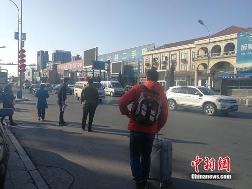 2019年2月20日,北京燕郊售楼一条街上,发放楼盘广告传单的人随处可见。中新网记者 邱宇 摄