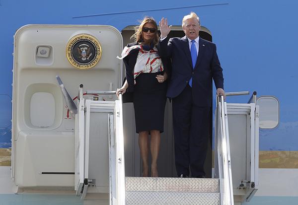 当地时间2019-06-20,美国总统特朗普偕妻子梅拉尼娅乘坐专机抵达伦敦斯坦斯特德机场。 IC 图