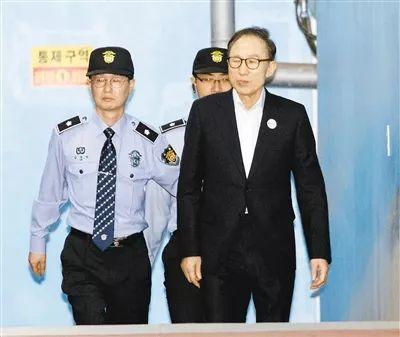 2018年5月,李明博抵达首尔中间地手段院受审。(原料图)