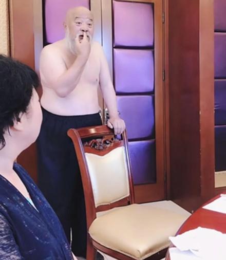 64岁笑星李琦与女性聚餐赤裸上身