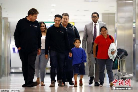 资料图:当地时间2018年6月22日,被迫在美国边境分离的一对母子于巴尔的摩/华盛顿瑟古德-马歇尔国际机场团聚。