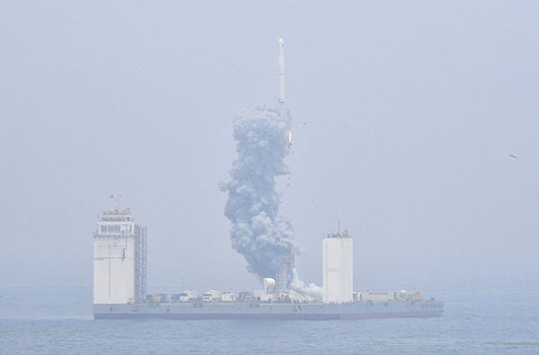 2019年6月5日12时6分,我国在黄海海域用长征十一号海射运载火箭,将技术试验卫星捕风一号A、B星及五颗商业卫星顺利送入预定轨道,试验取得成功。这是我国首次在海上实施运载火箭发射技术试验。 新华社 图
