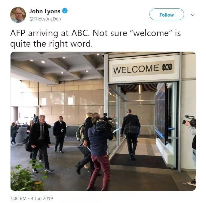 """▲图为澳大利亚广播公司的一位资深编辑在直播澳大利亚联邦警察对他们的""""抄家""""过程"""