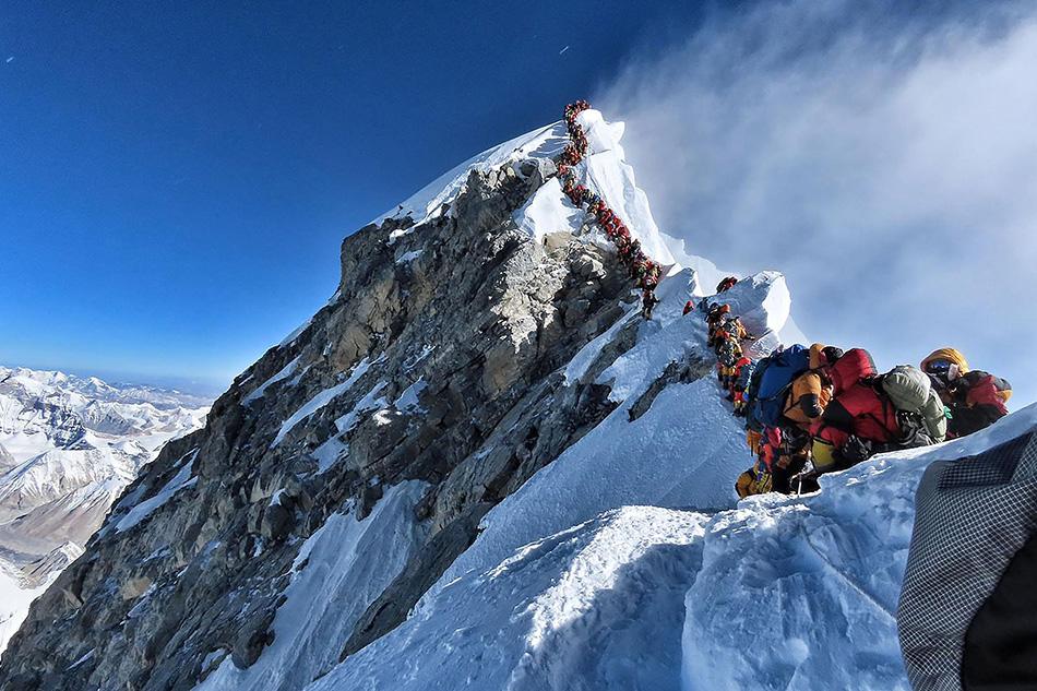 當地時間2019年5月22日,珠穆朗瑪峰尼泊爾一側迎來數百名希望爬上珠峰頂部的登山者。視覺中國 資料圖
