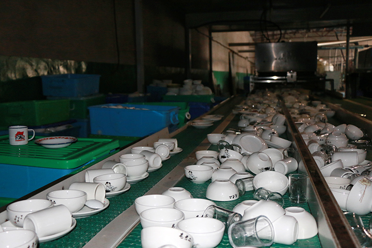 厂房内没来得及收首来的餐具。