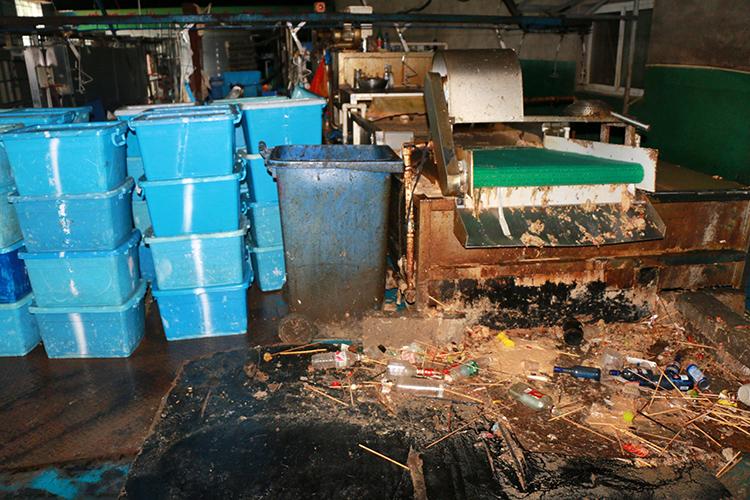 涉事消毒餐具厂地面照样残留残渣。