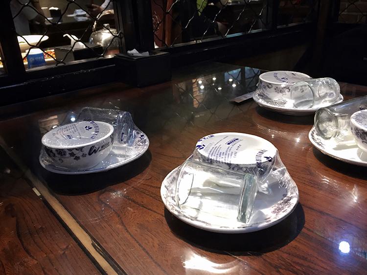 北京某饭店仍在。使用该涉事消毒餐具厂的题目餐具。
