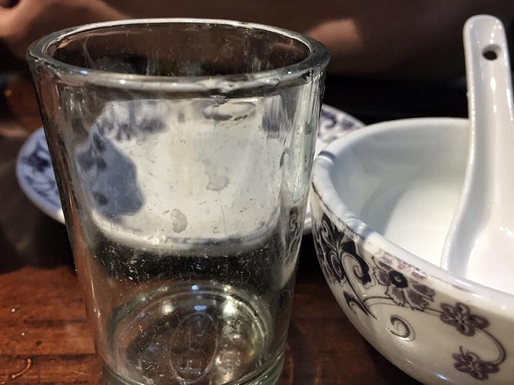刚拆封的玻璃杯污渍清亮可见。
