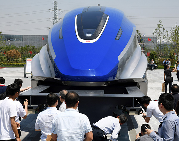人们在青岛时速600公里高速磁浮试验样车下线仪式上参不都雅(2019年5月23日摄)。 新华社 原料图