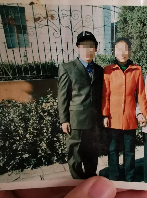 邵某老家中仅有的一张摄于十多年前的邵某夫妻二人相符影 澎湃信休记。者 戴越 图