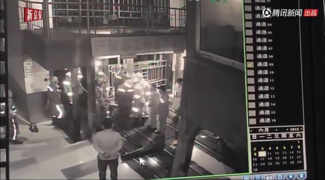 现场救援监控视频截图。来源:我们视频截图