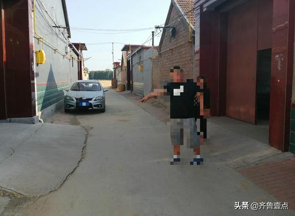 6月6月10日晚聂姓快递员坐在张某家前的位置。齐鲁晚报·齐鲁壹点记者 摄