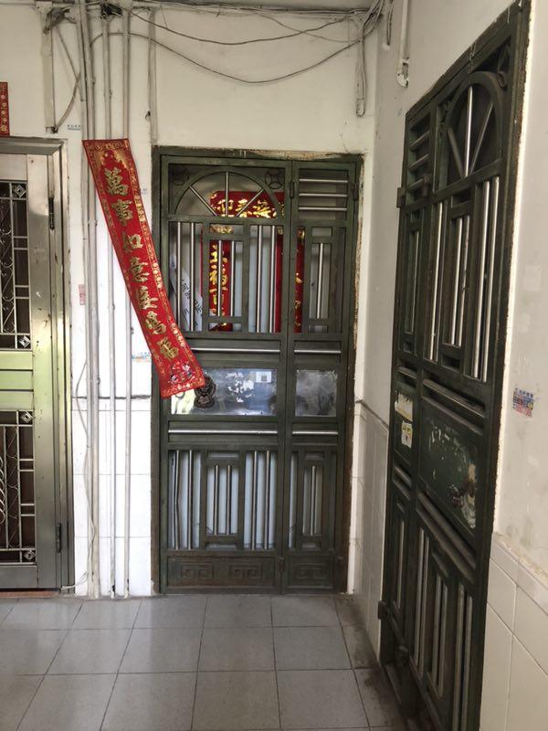 深圳一小区出租屋(中)内,发现三具藏于冰柜内的老人遗体。澎湃新闻记者 陈绪厚 图