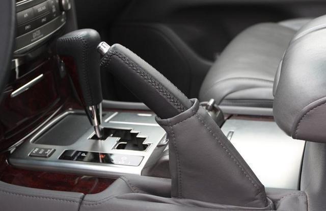 自动挡停车后怎么操作 先挂P档还是先拉手刹?