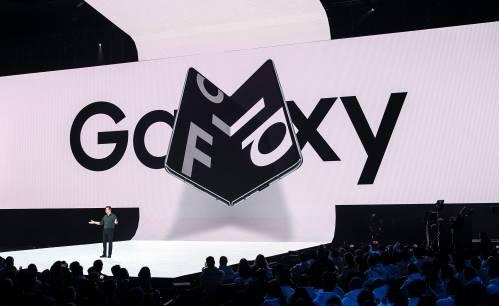 图为在美国旧金山举行三星盖乐世Fold折叠屏手机发布会现场。新华社/法新