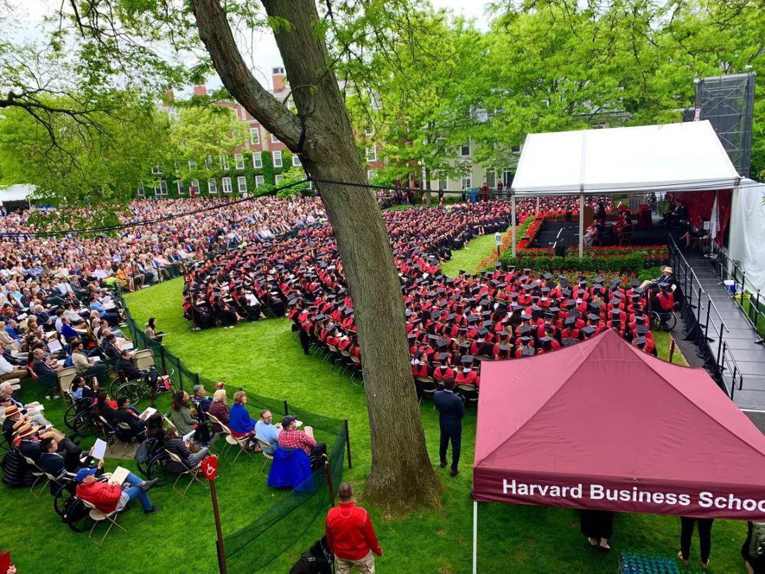 布隆伯格哈佛商学院毕业典礼致辞:选举对道德毫不关心的人担职,堕落就会渗透我们的文化