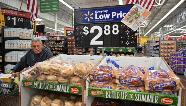 沃尔玛警告称,美对华加征关税将推高美国物价。图为美国加利福尼亚州的消费者正在沃尔玛购物。(法新社)