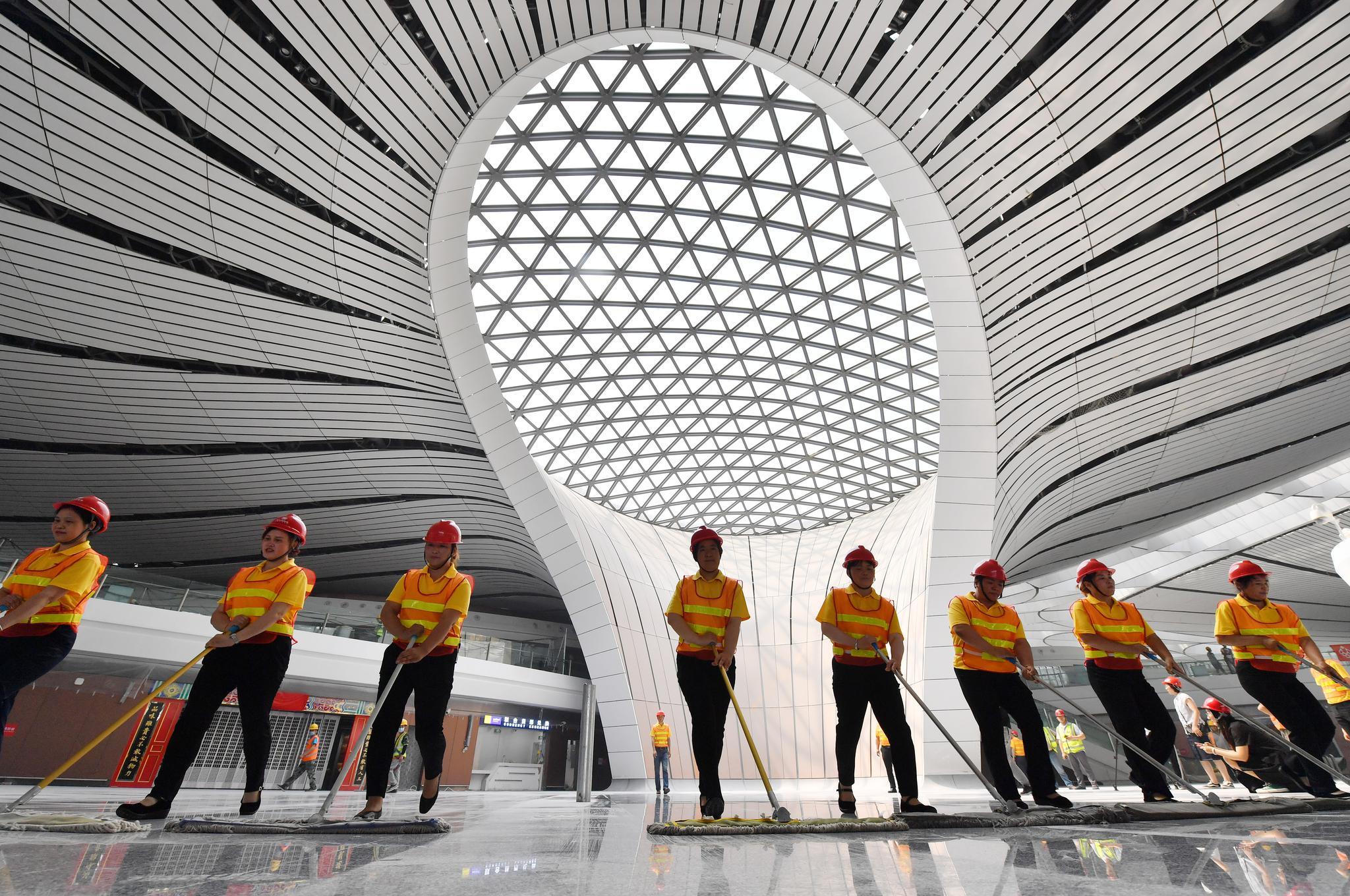 保洁人员在清洁航站楼地面。摄影/新京报记者李木易