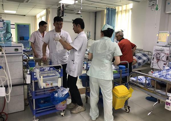 四川长宁地震后,在余震中,一名男婴出生。受访者供图