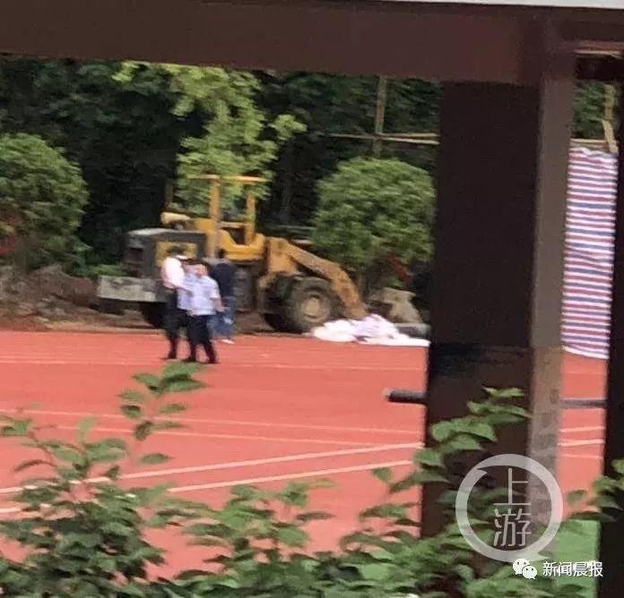 """万象:湖南一学校操场跑道下挖出遗体,疑为16年前失踪教师,曾举报""""偷工减料"""""""