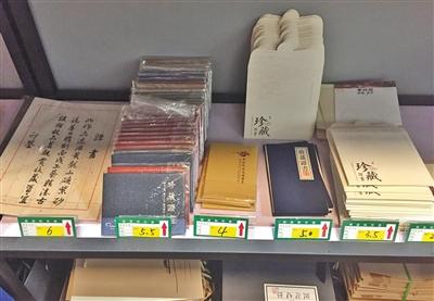 6月21日,宜兴中国陶都陶瓷城附近一家包装店的货架上种类多样的收藏证书,价格从3.5元到6元不等。