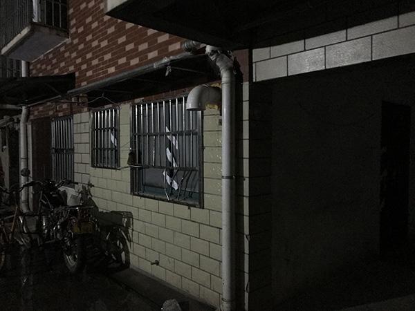 2018年11月16日,夜幕下的事发出租屋,窗户上已被警方贴上封条。澎湃新闻记者 宋江云 资料图