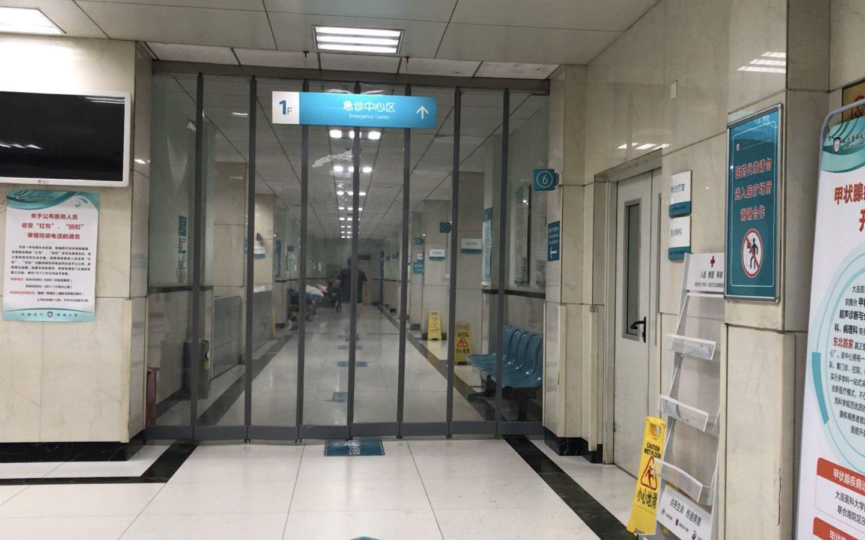 接诊医生表示,吴某就诊时脸上有伤。新京报记者 逯仲胜 摄