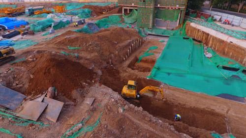 发现的疑似丁宝桢墓的工地。 山东商报 图