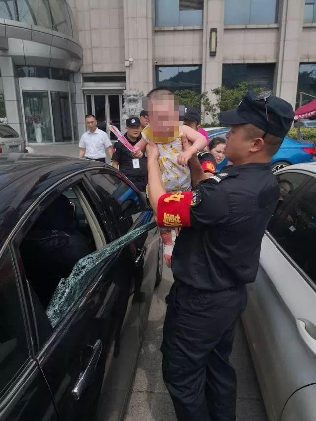 保卫队员将孩子及时救出。 本文图片 长沙晚报微信公众号