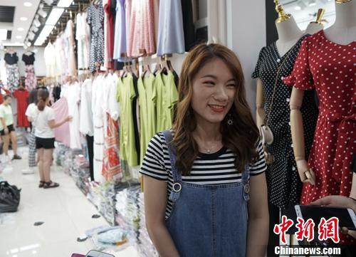 商家许女士接受记者采访。中新网记者 刘湃 摄