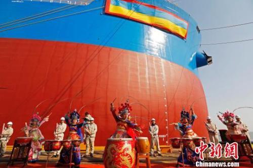 """资料图:全球最大的第二代超大型矿砂船""""远河海""""号在上海外高桥造船成功命名交付。 殷立勤 摄"""