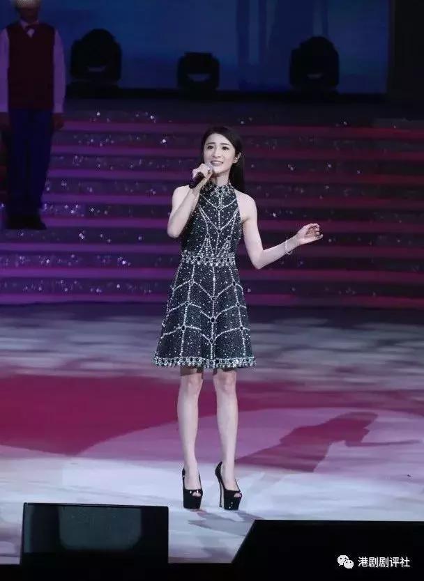 晚会现场 l TVB女歌手失声疑对口型 胡定欣紧张唱错歌