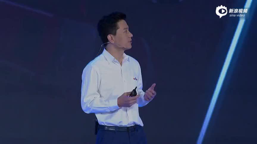 视频-百度李彦宏遭现场泼水 调侃发展AI会遇到挫折