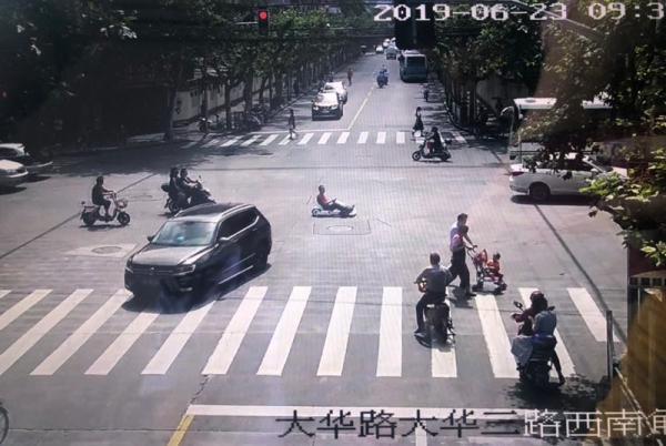 葉某駕駛卡丁車在大華路大華二路附近行駛。寶山警方 供圖