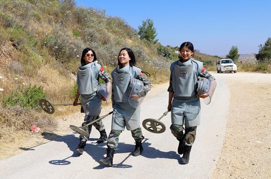 3名女扫雷手完成任务归来。孙帅/摄