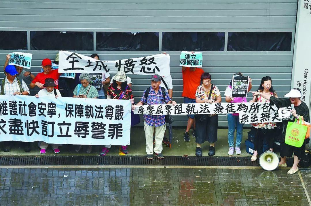 香港警方拘捕11男1女 被拘捕者涉嫌襲警等罪行
